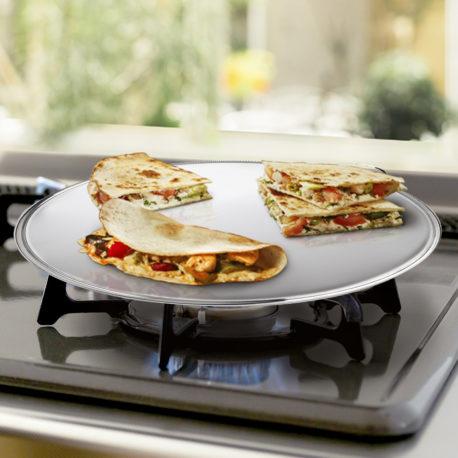 El comal de acero inoxidable Möven es perfecto para calentar tortillas, crepes, tostar sándwiches, entre otros. Su diámetro de 30 cm es ideal para el hogar, cocinas, restaurantes, negocios, etc.